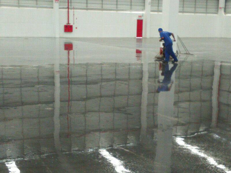 aplicacao-de-endurecedor-de-superficie-acabamento-obra-hub-2-1
